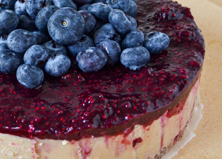 Tarta de queso sin horno decorada con arándanos: realiza este pastel saludable, cremoso y suave