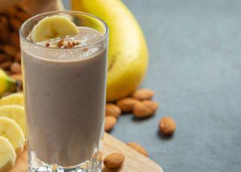 Batido saludable y proteico con banana para tomar después ejercitarte
