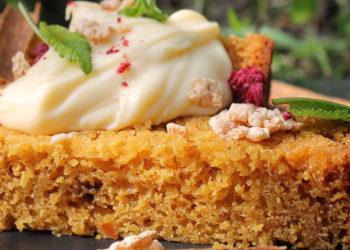 Torta de zanahoria cubierta con chocolate y nueces: un postre vistoso ideal para cualquier celebración