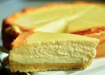 Tarta de yogur y queso: déjale un lugar en la mesa a este postre esponjoso, fresco y suave