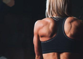 Si buscas definir la cintura, también debes fortalecer los hombros