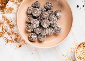 Trufas saludables de avena y arándanos para quedar satisfecha entre comidas