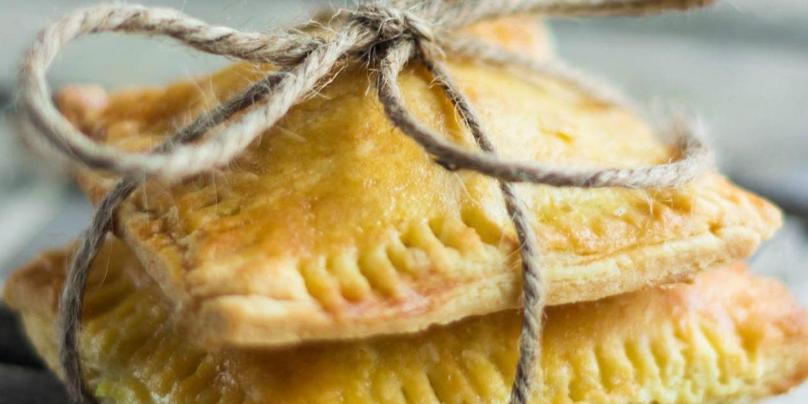 Empanadas dulces con manzana y canela: un postre para comer frío o tibio con topping de helado o azúcar