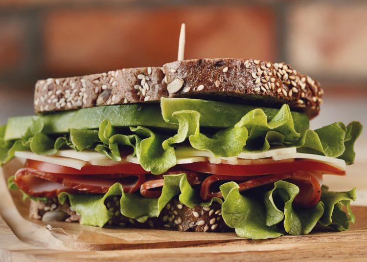 Acompáñalo con lechuga, jamón, queso, tomate y cebolla