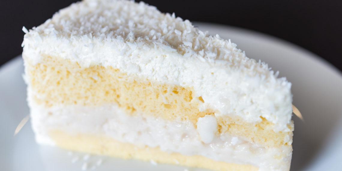 Tarta de coco rallado con yogur y galletas sin horno: mezcla y sírvela en minutos