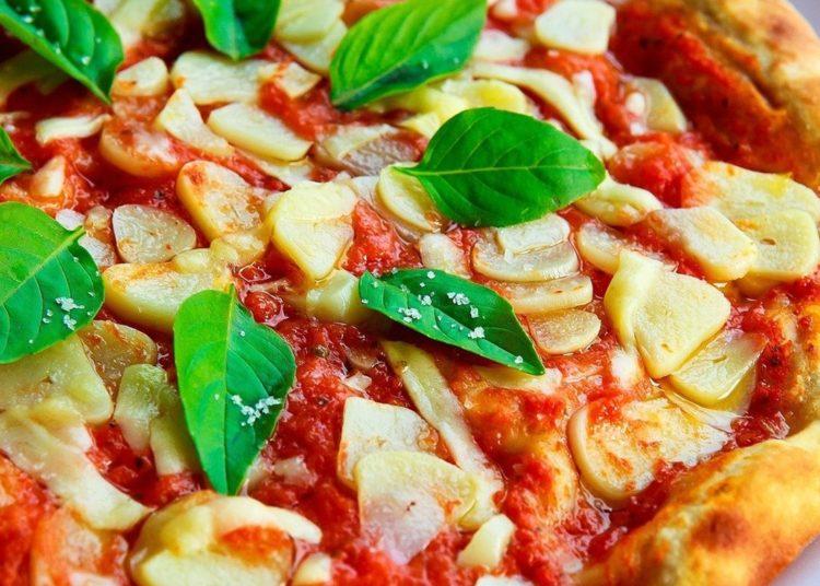 Pizza decorada con albahaca
