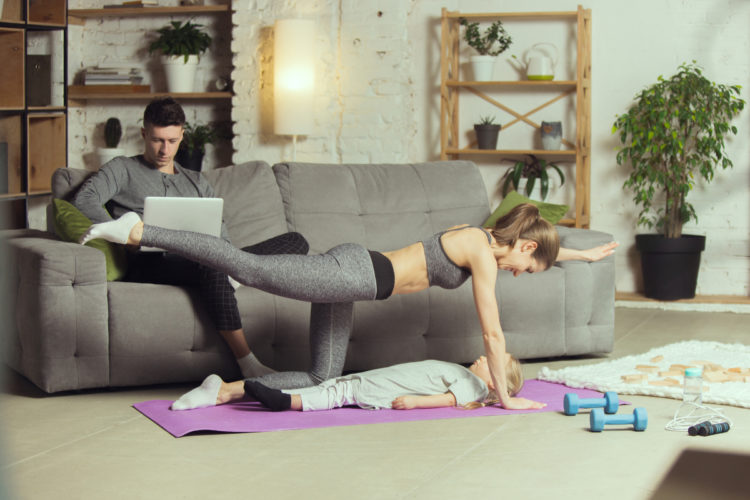 Estos movimientos puedes hacerlos en casa o al aire libre
