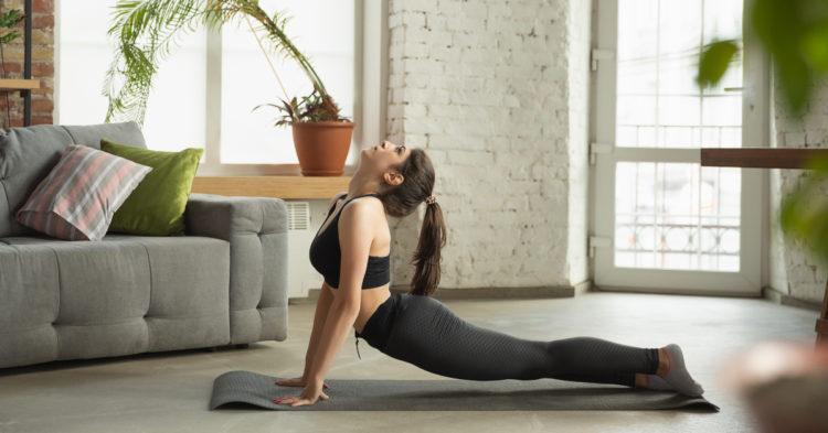 Empieza con las posturas más sencillas y cuando te sientas preparada prueba con las posiciones avanzadas