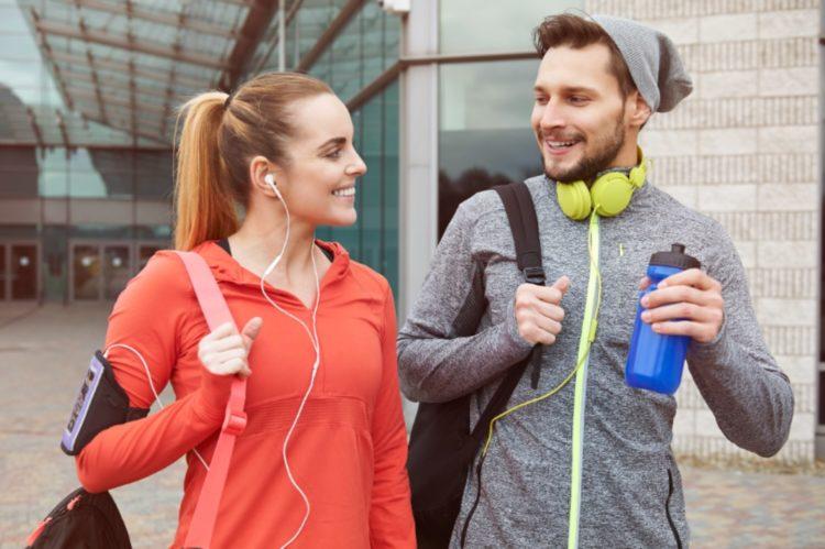 Puedes realizar caminatas al aire libre o en el gimnasio