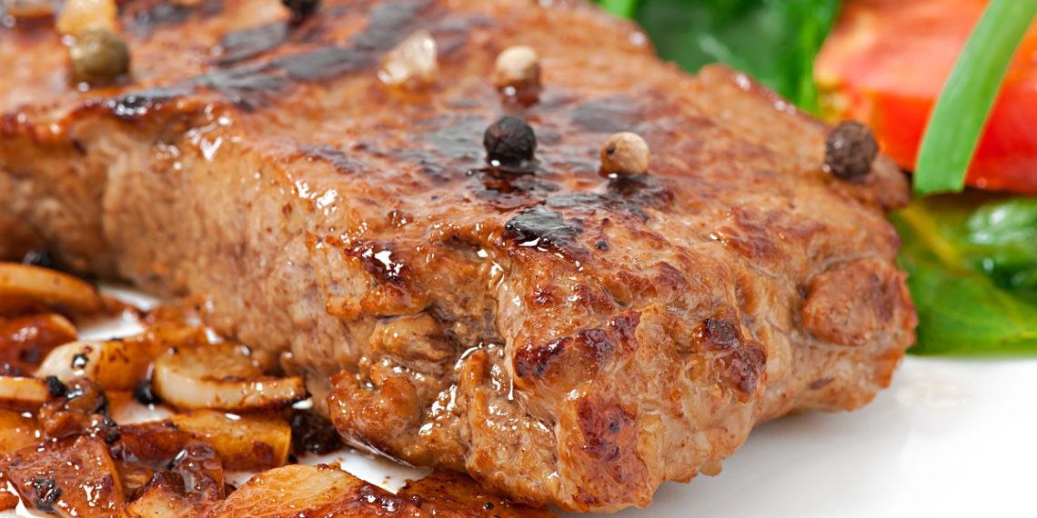 Bistec encebollado tierno, riquísimo y gustoso: cocínalo de plato principal en el almuerzo