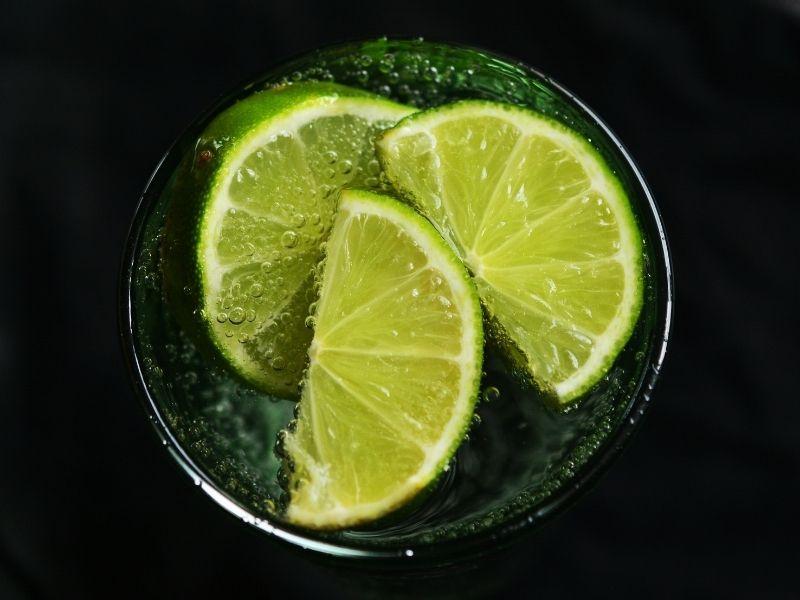 Derriba el mito: el agua con limón en ayunas no quema grasa