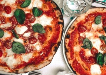 Prepara una pizza casera de quinoa para una versión saludable