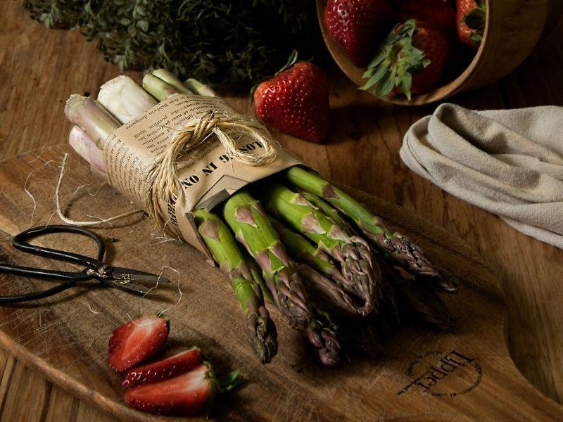 Crujientes espárragos verdes al horno con parmesano: un delicioso aperitivo