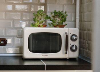 Trucos para limpiar el microondas y eliminar el olor a quemado