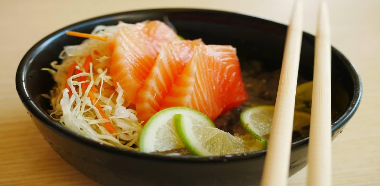 Receta viral del tazón de salmón y arroz